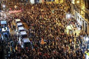 Furgones de la Policía Nacional rodeados por los manifestantes en Via Laietana.