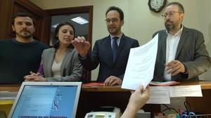 Garzón, Montero,Hernando yGirauta registran la solicitud de creación de la comisión de investigación de la caja bdel PP en el Congreso.