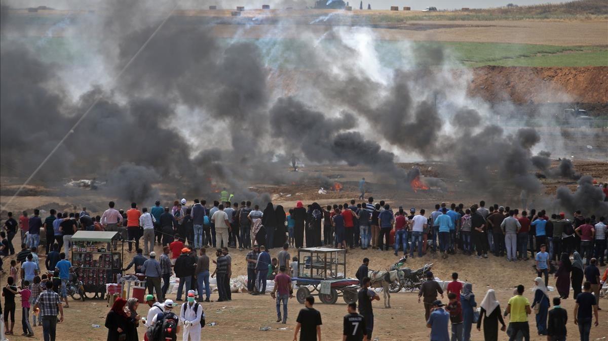 Gases lacrimógenos lanzados por las fuerzas israelíes y humo de neumáticos quemados por los manifestantes palestinos en la frontera de Gaza con Israel.