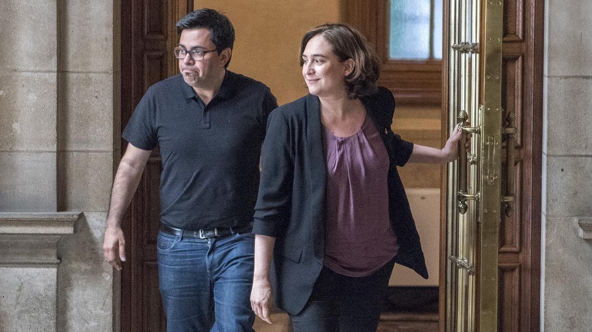La alcaldesa Ada Colau y el teniente de alcalde Gerardo Pisarello, este martes, en el Ayuntamiento de Barcelona.