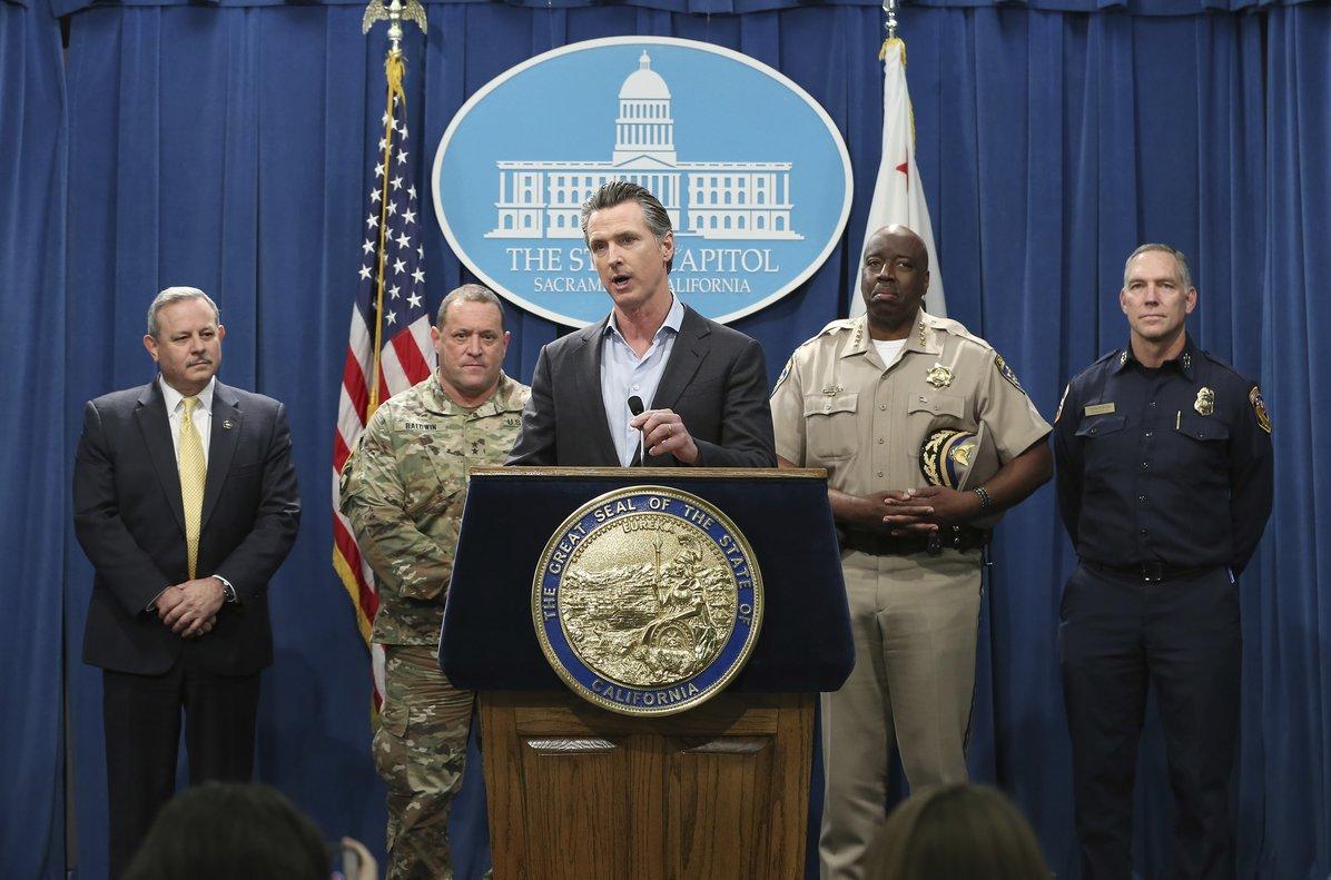 El gobernador de California, Gavin Newsom, en conferencia de prensa sobre temas migratorios.