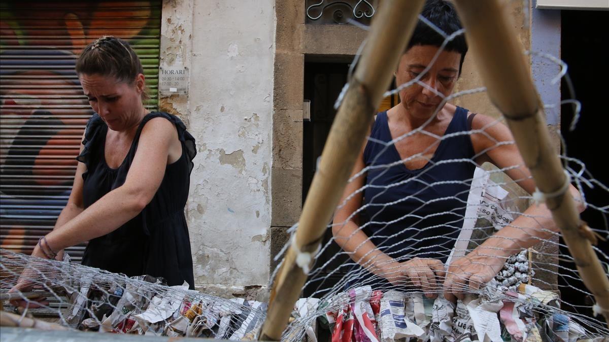 Vecinas de Verdi trabajanen la decoración de lacalle,la semana pasada.