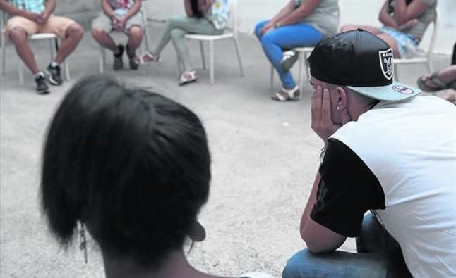 Un grupo de adolescentes reciben terapia en el Centre Terapèutic i Educatiu Julià Romea, en Barcelona.