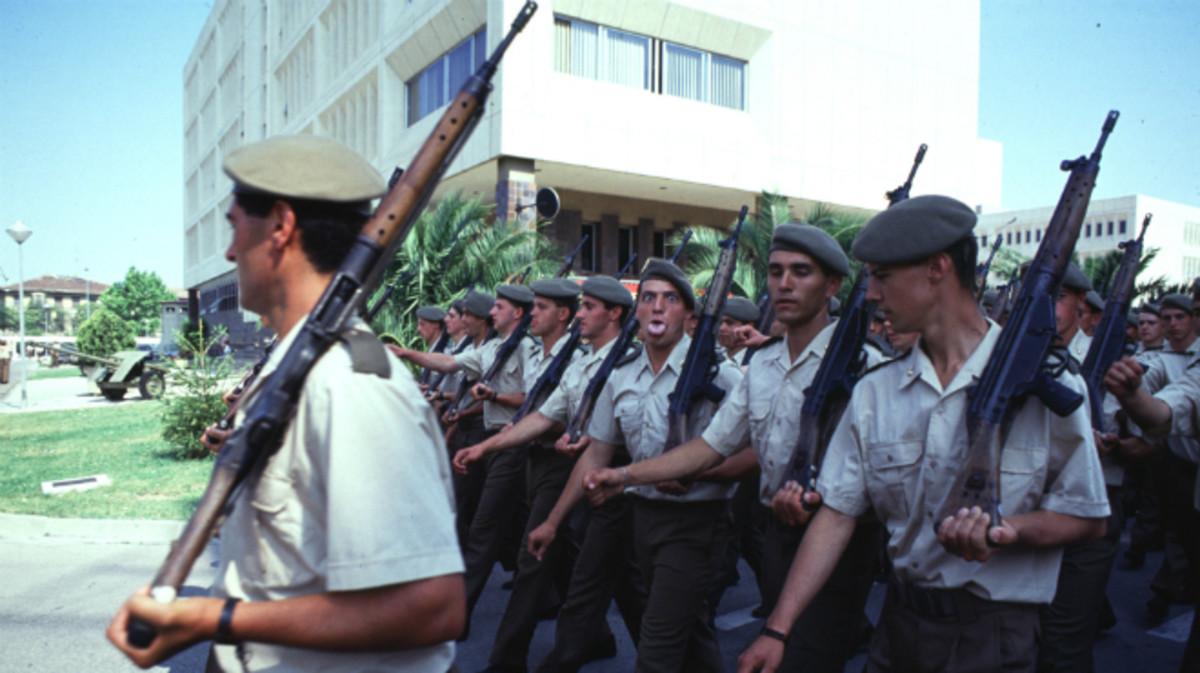 Un grupo de jóvenes alistados en la mili en un cuartel de Zaragoza.