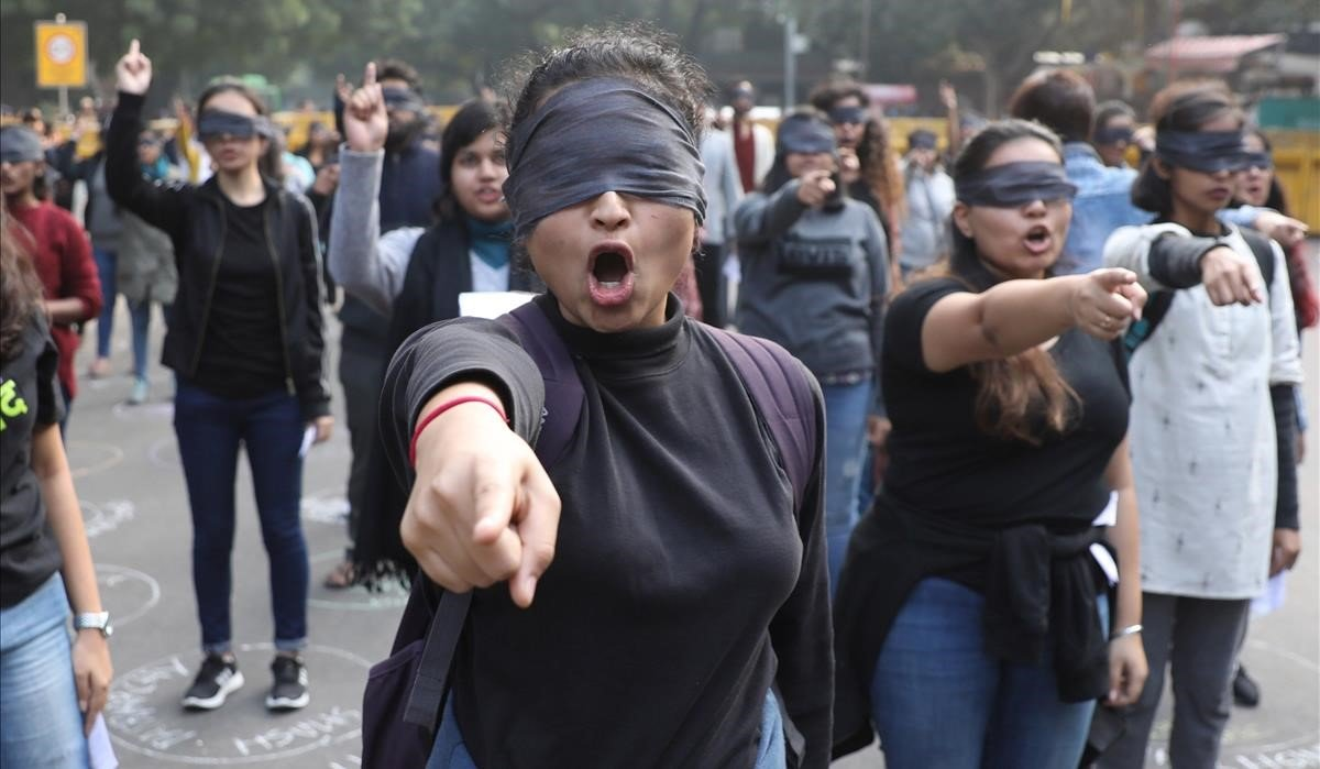 Un grupo de mujeres indias escenifican el himno feminista 'Un violador en tu camino' el pasado diciembre,en Nueva Delhi.