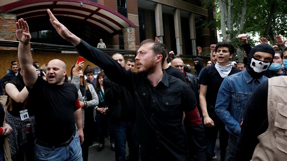 Grupos ultras protestan contra las reivindicaciones de un grupo de manifestantes que demandan más libertad sexual y en la legislación sobre drogas.