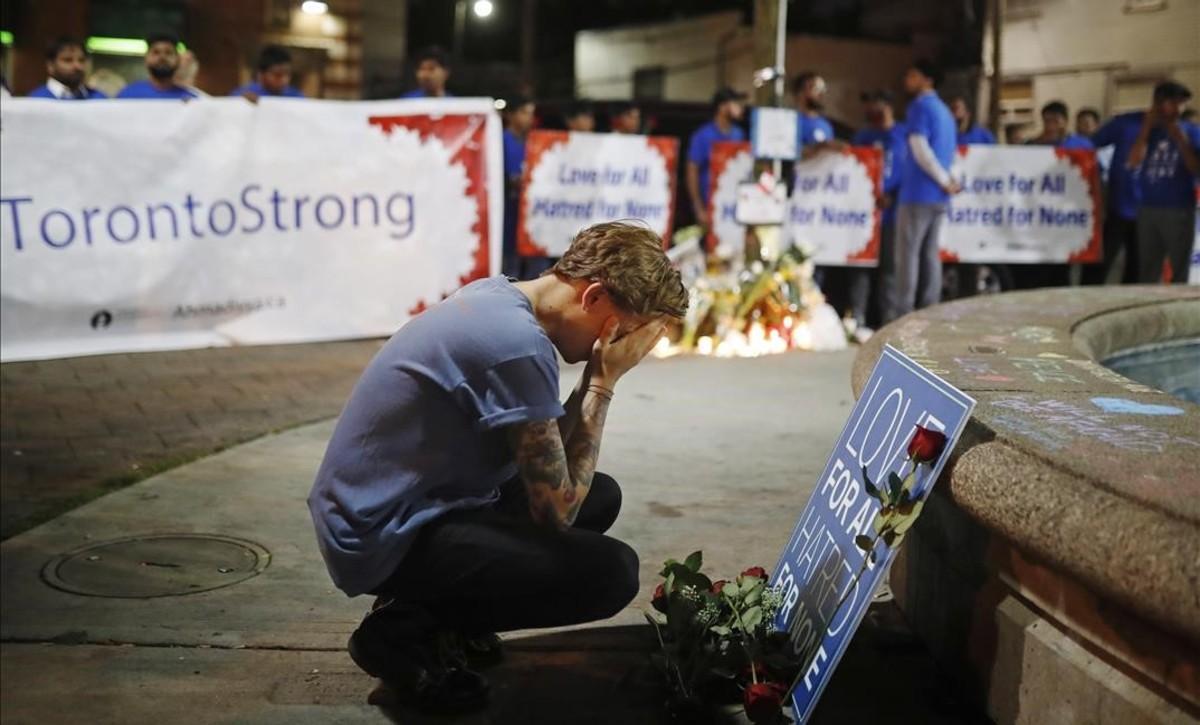 Un hombre en una vigilia en recuerdo de las víctimas del tiroteo en Toronto.