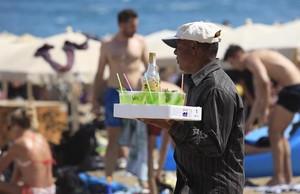 Un hombre vende mojitosen la Barceloneta.