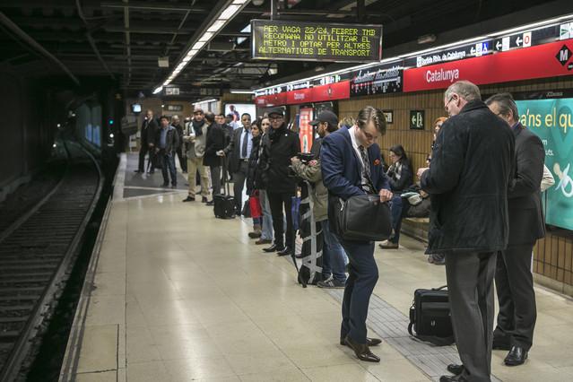 Pasajeros esperan el metro en la parada de plaza de Catalunya, el 22 de febrero, durante la huelga de transporte.