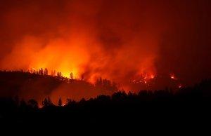 El incendio quema las montañas cerca de Oroville, California.
