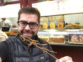 Isaac Petràs, con escorpiones en el mercado de Wangfujing de Pekín.