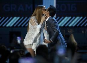 Jennifer López y Marc Anthony, en uno de los momentos estelares de la gala de los Grammy Latinos.