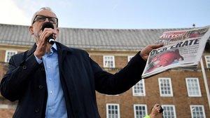 Jeremy Corbyn muestra la foto del niño enfermo en un acto electoral en Bristol.