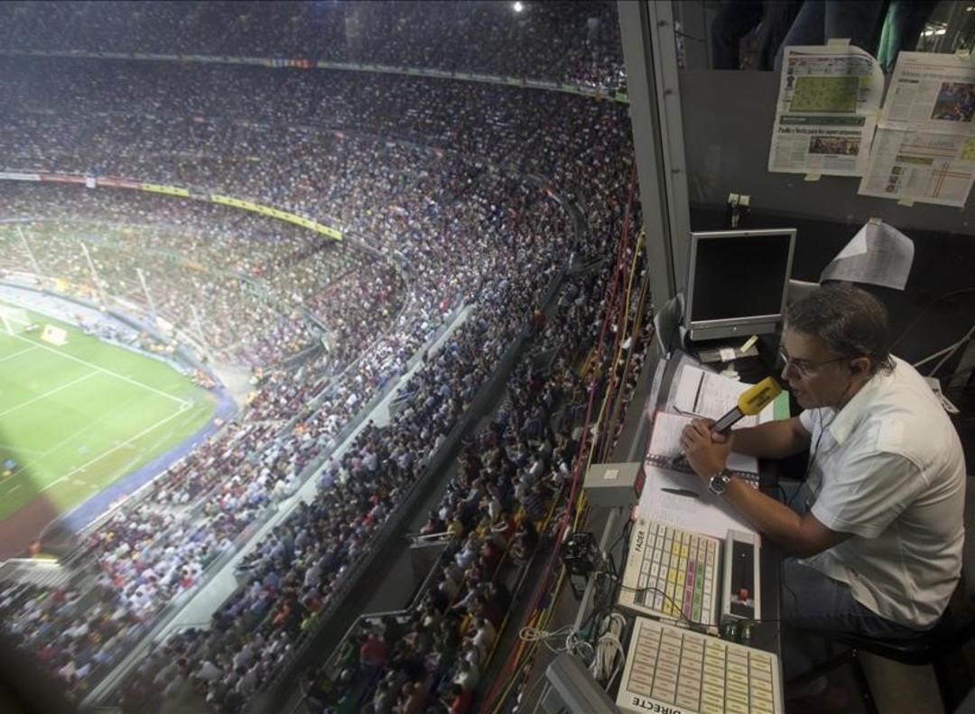 JoaquimMaria Puyal, durante la retransmisión de un partido en el Camp Nou, en su programa 'La TDP', en el 2011.