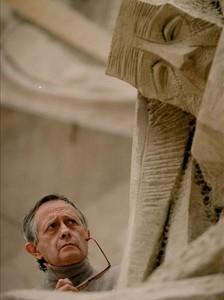 El escultor Josep Maria Subirachs, ante una de sus esculturas de la fachada de la Passió de la Sagrada Família.