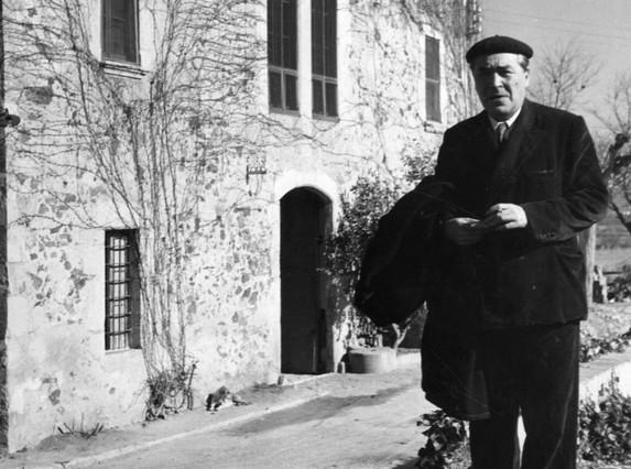 Josep Pla, en su masía de Llofriu.