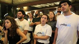 Jóvenes libaneses siguen los resultados electorales.