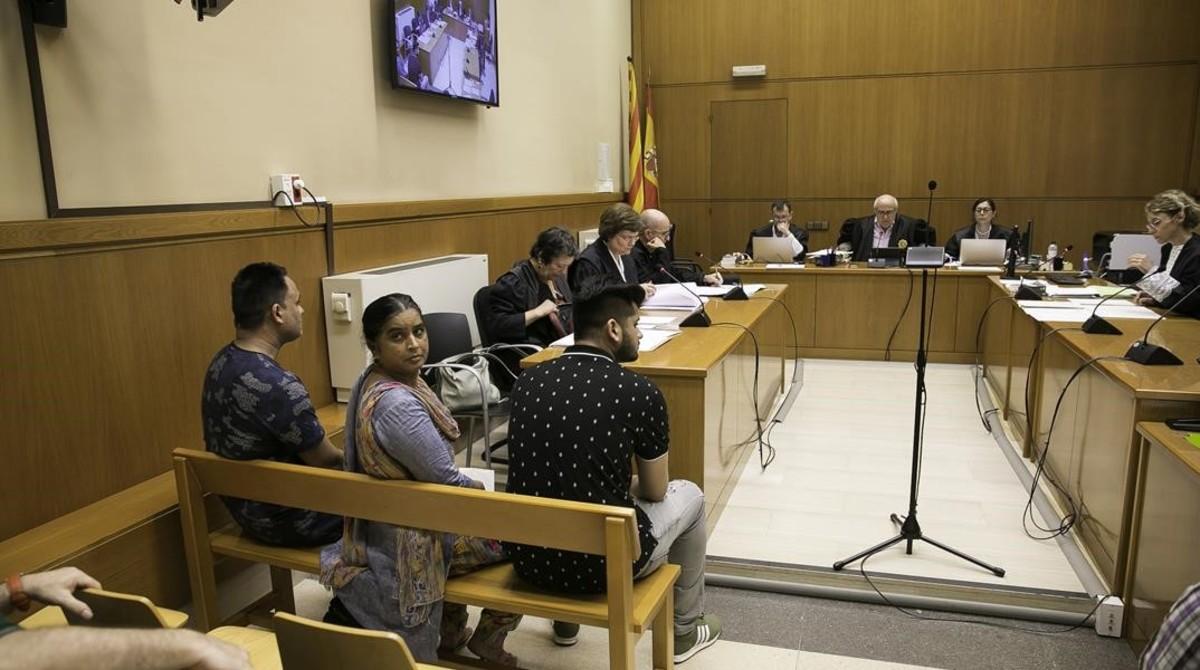 Los tres acusados, en el banquillo, el pasado mes de julio.