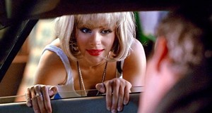 Julia Roberts, en el papel de la prostituta Vivian Ward, para el coche de un cliente, interpretado por Richard Gere.