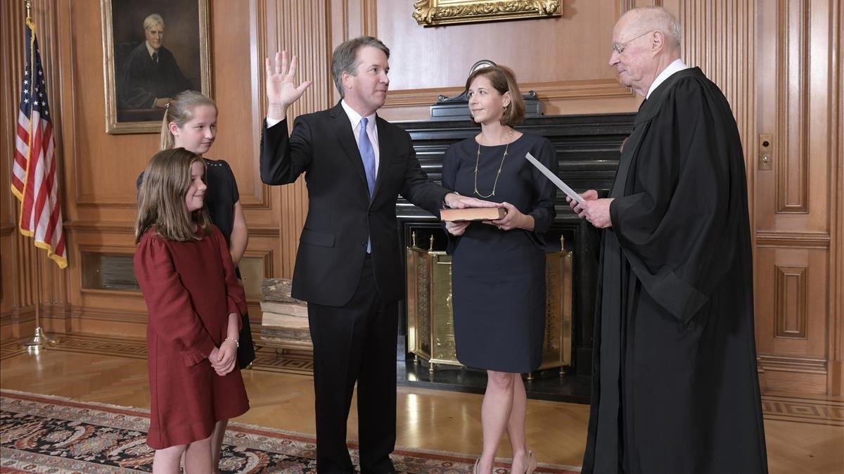 Brett Kavanaugh jura su cargo como nuevo juez del Tribunal Supremo de EEUU junto a su familia.