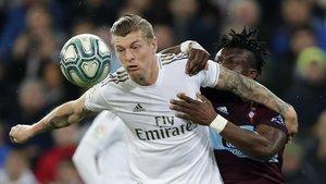 Kroos lucha por el balón con Aidoo.