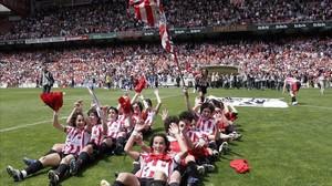 Las jugadoras del Athletic Club celebran en San Mamés su última liga en 2007