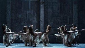 Un momento de 'Giselle', en versión de Akram Khan para el English National Ballet.