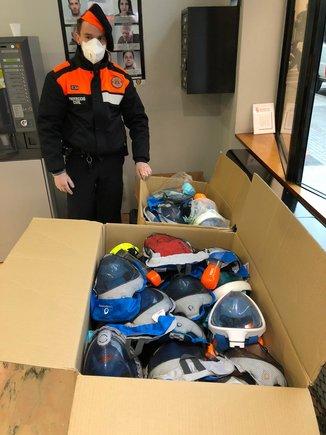 La Policía Local de Parets y Protección Civil también han entregado al Hospital de Granollers un total de 33 unidades de mascarillas de Snorkel.