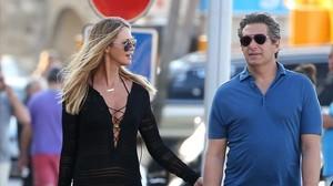 Elle MacPherson y Jeffrey Soffer, paseando por Saint Tropez, en la Costa Azul, en julio del 2015.