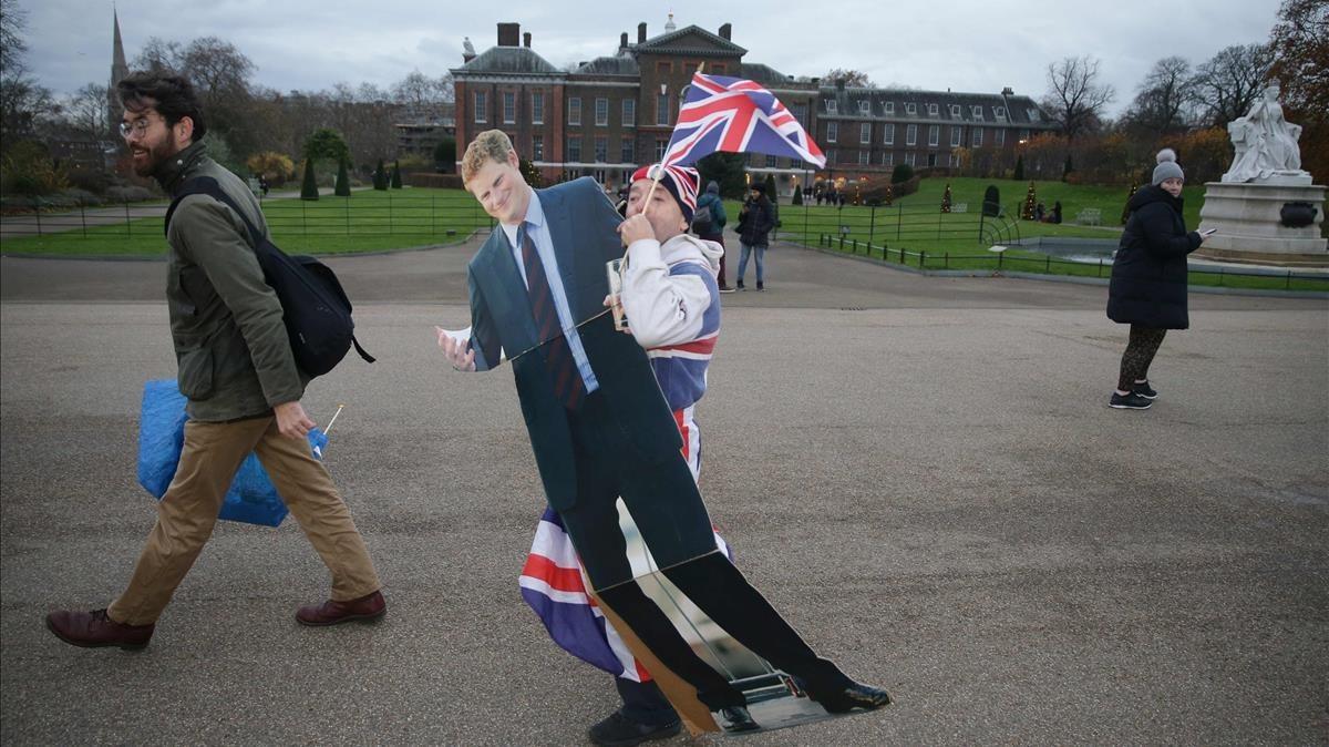 El 'royal fan' Johns Loughry, con una imagen del príncipe Enrique.