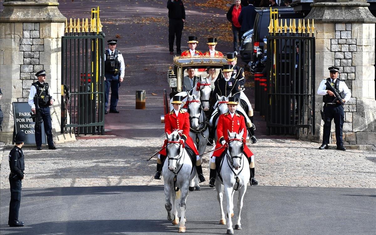 Los recién casados, en su paseo por los alrededores del castillo de Windsor.