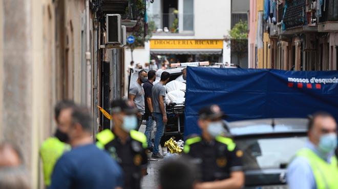 Los bomberos trabajan en el edificio de la Barceloneta donde se ha producido el incendio.