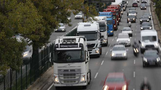 Los camiones circulan en marcha lenta por la Ronda de Dalt de Barcelona, a la altura de Vall d'Hebron.