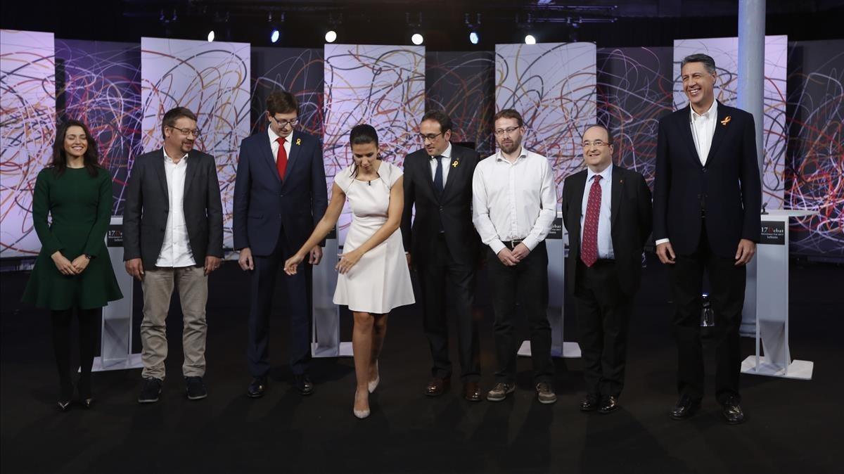De izquierda a derecha, Inés Arrimadas (Cs), Xavier Domènech (CeC-Podem), Carles Mundó (ERC), la periodista Ana Pastor,Josep Rull (JxCat), Vidal Aragonés (CUP), Miquel Iceta (PSC) y Xavier García Albiol (PPC), en el plato de La Sexta.