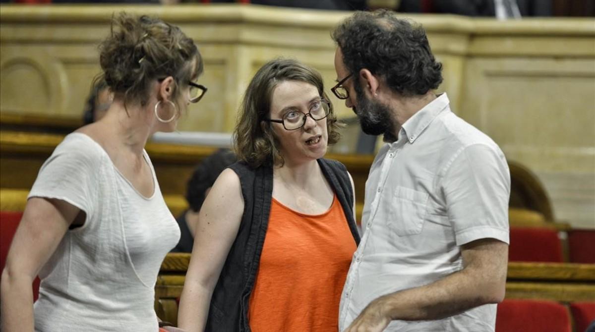 Los diputados de la CUP Mireia Vehí, Eulàlia Reguant y Benet Salellas, este miércoles en el Parlament.