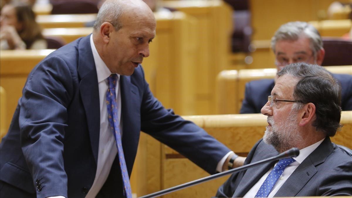 Los entonces presidente del Gobierno Mariano Rajoy y ministro de Educación José Ignacio Wert, en una imagen de mayo del 2015, en el Senado.