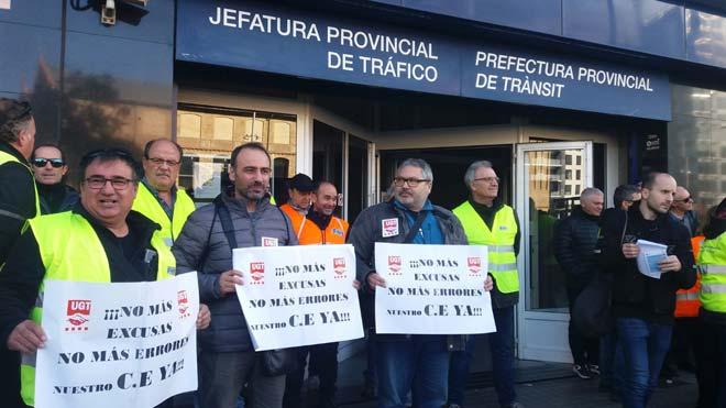 Los examinadores de Tráfico vuelven a la huelga para pedir un aumento retributivo. En la foto, concentración de examinadores frente al edificio de La Campana, en Barcelona.