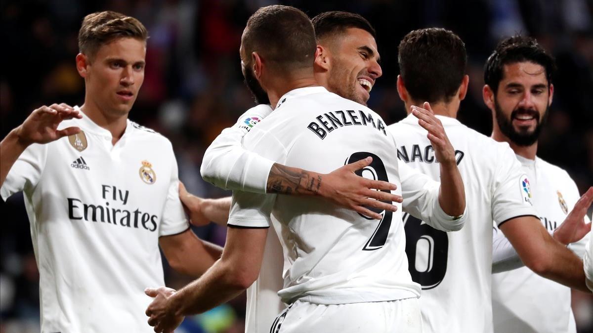 Los jugadores del Madrid celebran un gol de Benzema.