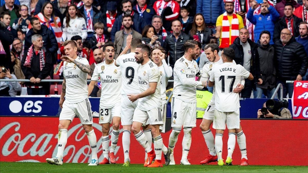 Los jugadores del Madrid celebran el tercer gol el Atlético en el Metropolitano.