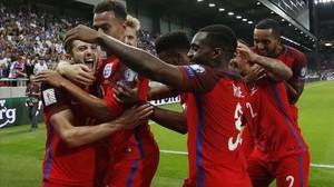 Los jugadores ingleses celebran el gol de Lallana en el tiempo añadido.