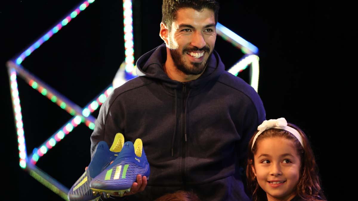 Luis Suárez recibe de manos de sus hijos las botas de Adidas que usará en el Mundial de Rusia.