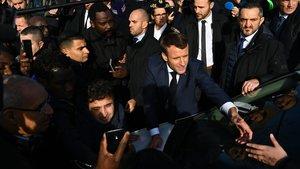Macron saluda a simpatizantes durante un acto en la localidad de Amiens.
