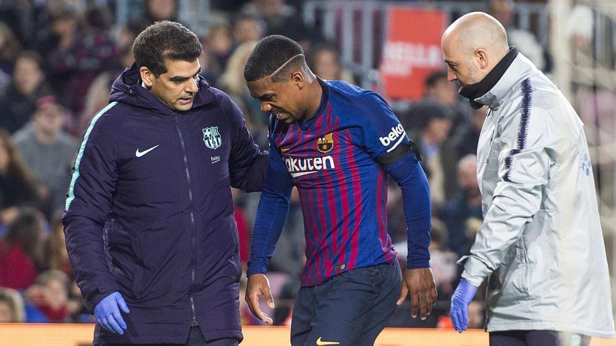 Malcolm atendido por los medicos tras lesionarse durante el partido de la copa del rey entre el Barca y la Cultural Leonesa.