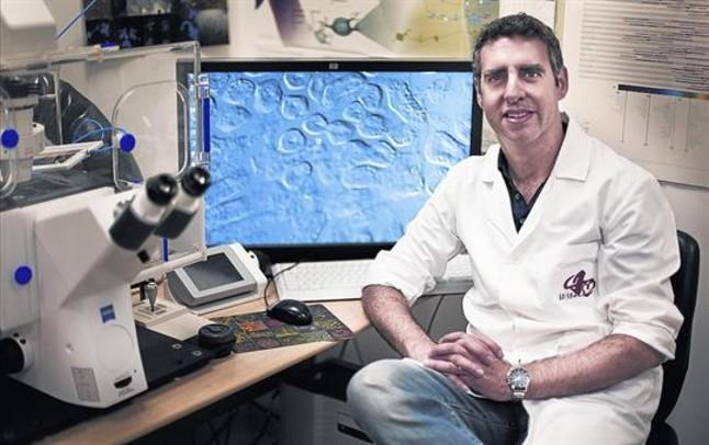 Manel Esteller, en un laboratorio del Institut de Recerca Biomèdica de Bellvitge (Idibell), en L'Hospitalet.