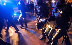 Un manifestante, detenido por los Mossos durante la protesta en Barcelona por el clásico Barça-Madrid, este miércoles.