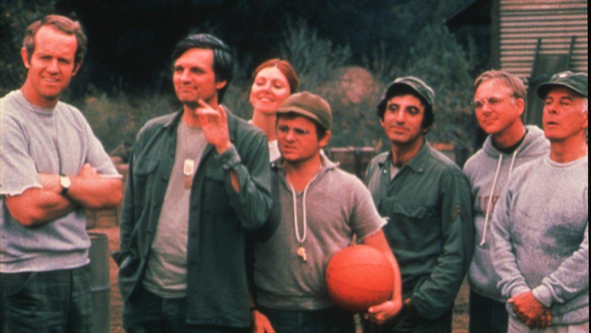 Alan Alda (segundo por la izquierda), con el resto de protagonistas de la serie 'M*A*S*H'.