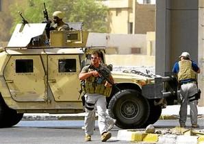 Mercenarios de Blackwater controlan las inmediaciones de la Embajada de Irán en Bagdad en julio del 2005.