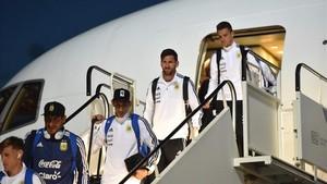Messi, descendiendo del avión de los Stones a su llegada a Moscú junto a sus compañeros de selección.