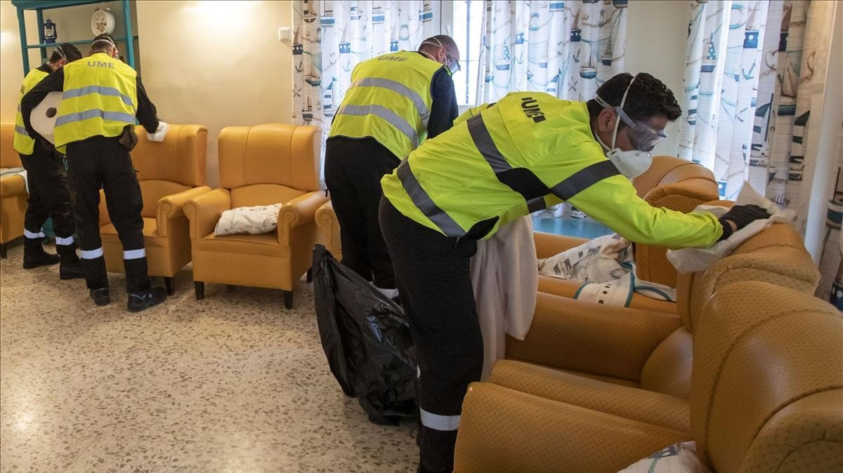Miembros del Ejército desinfectanuna residencia de ancianos en Huelva.