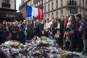 Minuto de silencio en recuerdo de las víctimas, ante el bar Le Carillon de París.